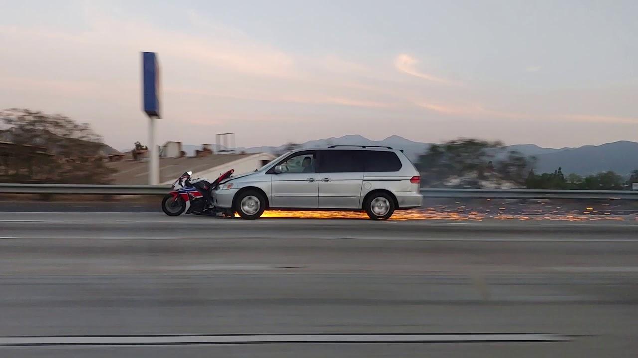 حادث اصطدام و هروب سائق سياره في الولايات المتحده و اغرب مقطع في العالم