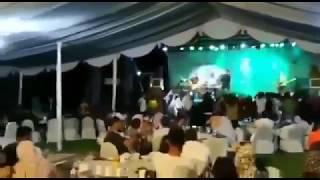 Tsunami en Indonesia irrumpe en medio de concierto