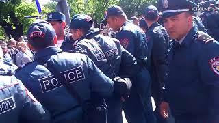 Ոստիկանները քաղաքացիներին պառկեցրին Բաղրամյան պողոտայում