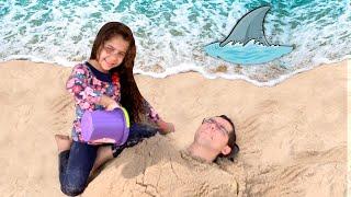 Sarah e Papai Estão se Divertindo na Praia e Aparece um Tubarão na Praia