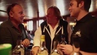 Gérard Depardieu boit du whisky en Écosse