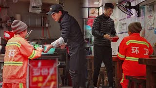When a sanitation worker looks for a restaurant to heat her food, what will happen? 当环卫工请路边店家帮忙热午饭