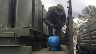 Заряжание салютных установок для праздничного артиллерийского салюта в честь Дня пограничника
