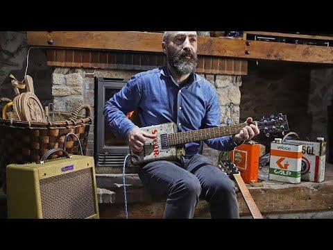 Músico transmontano faz guitarras com latas de óleo