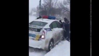 Полицейская машина застряла в снегу. Одесса 18.01.2016(автор видео - Voldemar Voldemarich., 2016-01-18T13:48:31.000Z)