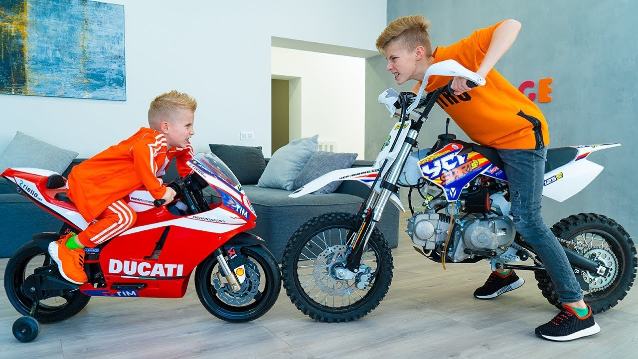 Download ПОРУГАЛИСЬ...Кто КРУЧЕ???Tisha and Dania ride a children's motorcycle in the HOUSE.