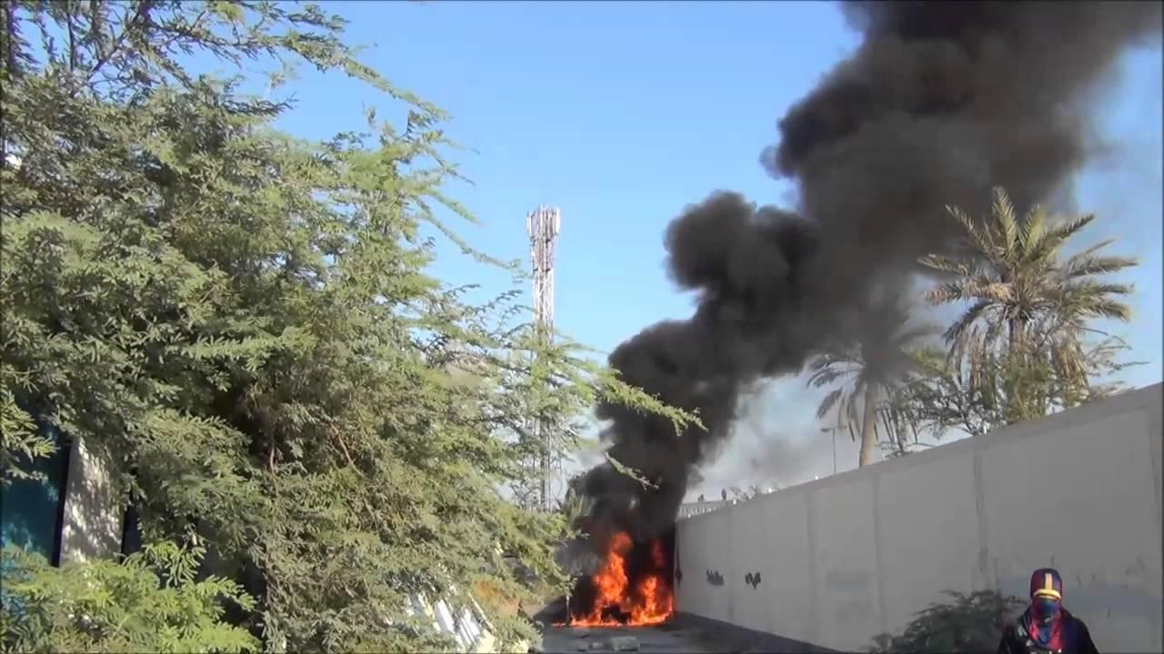 السنابس الثوار يشعلون نيران الحداد بأسوار شارع الدانة الرئيسي 16 10 2013 bahrain
