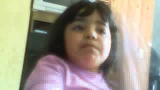 Luana da Silva Santana cantando