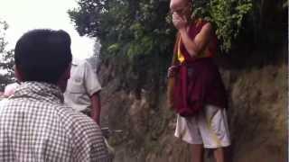 タクツァン寺院へ向かう山道で下山してくる僧侶の方に遭遇しました。