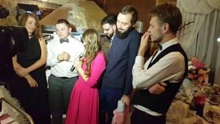 Порезка торта женихом и невестой на свадьбе и пожелания молодым