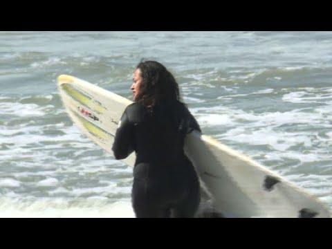 Mujeres surfean contra las olas y los prejuicios en Marruecos