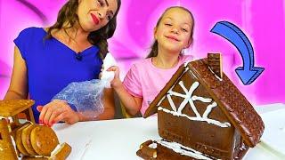 GINGERBREAD HOUSE CHALLENGE Новогодний ЧЕЛЛЕНДЖ Построй Дом из Печенья Вика против Мамы // Вики Шоу