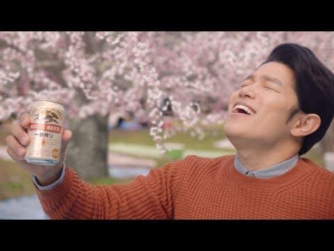 鈴木亮平、花見の場所取り中に一人飲み 『キリン一番搾り生ビール』新CM「鈴木亮平 桜」篇