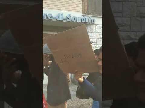 Protesta migranti a Esino: spettacolo grottesco. Solo il 3% dei migranti ha diritto all'accoglienza