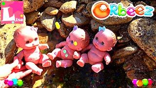 Пупсики Куклы моются и купаются в шариках орбиз бассейне на море Видео с куклами