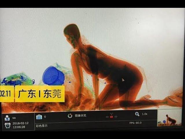 Una mujer pasa por el control de rayos x por no separarse de su equipaje