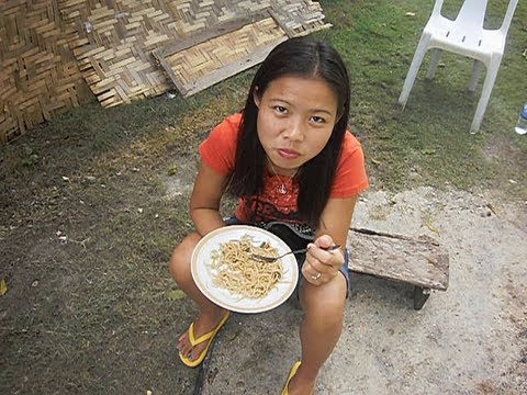 Eating, cooking and washing in Philippine province