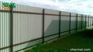 видео Установка забора металлический штакетник для дачи между участками цена
