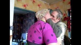 Дед целует бабушку