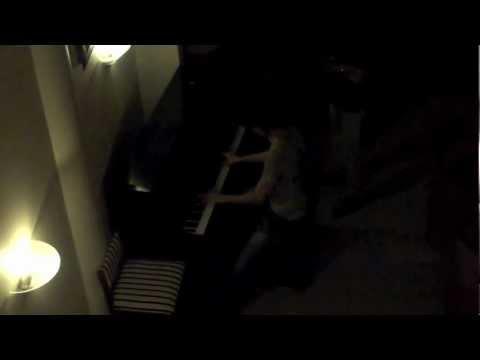 斎藤君のピアノ演奏 (Saito-kun is playing the piano at piano bar)