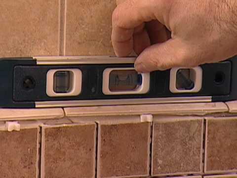 C mo instalar un tocador de ba o con losas de mosaico - Losas de bano ...
