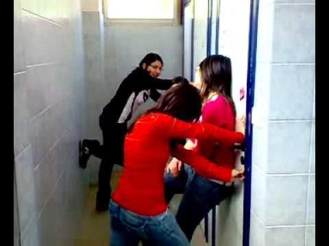 Atti osceni nel bagno della scuola