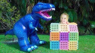 Stacy e pai finge brincar com dinossauro