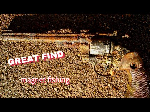 👍Magnet Fishing🔫🔫🔫  GUN FOUND 🔫🔫🔫 East London 2017👍
