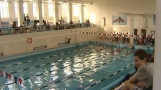 У бассейна «Шинник» выстроились огромная очередь из желающих  заниматься в секции плавания