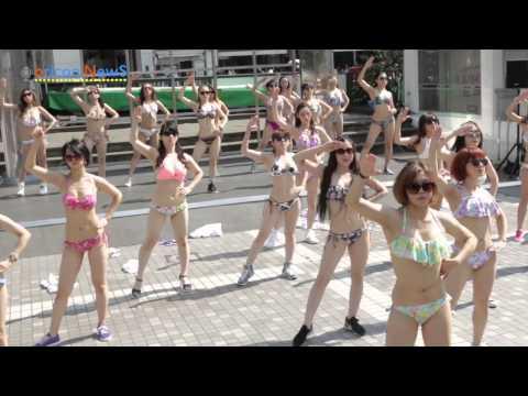 新宿アルタ前で突然 水着美女がダンスを披露