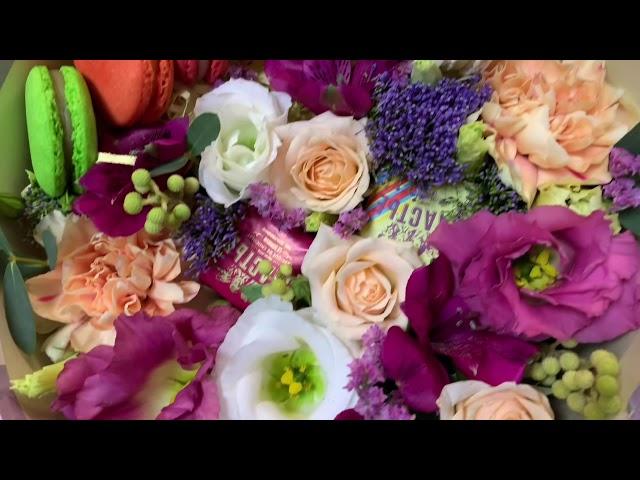 Коробки с цветами и macaroni