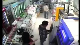 Aksi penjahat membuka paksa baju wanita terekam CCTV