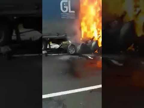 На трассе М-5 под Сызранью после ДТП загорелась машина