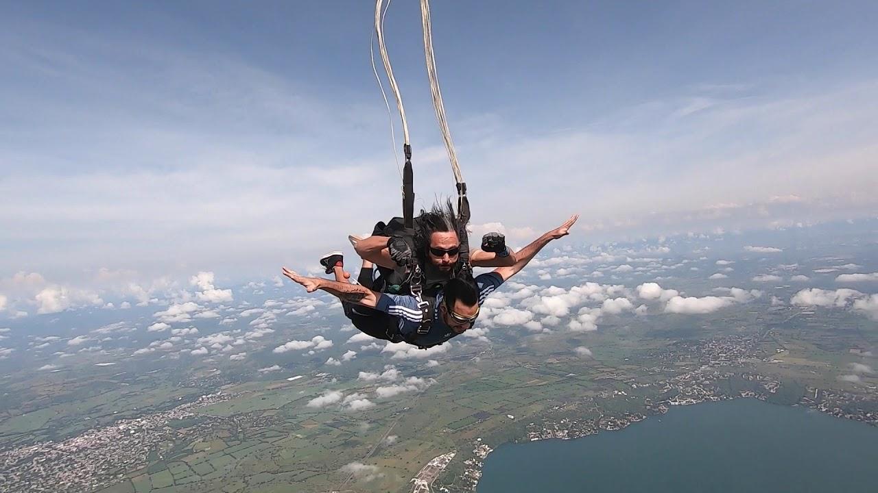 Visitantes haciendo paracaidismo en en el Lago de Tequesquitengo