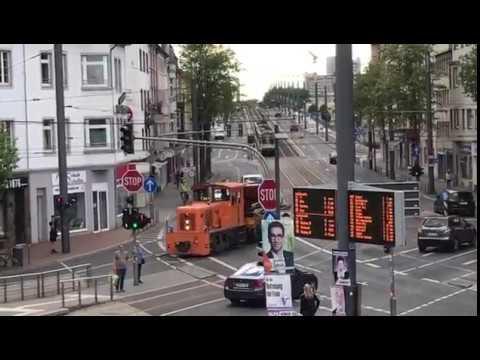 Lok 101 SWB Bonn mit Arbeitswagen [auf Straßenbahnschienen]