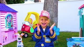 Alicia juega en la profesión de policía