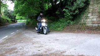 sluk   piaggio medley 125 vs honda pcx 125 braking test on gravel