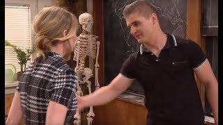 Nauczycielka biologii musiała się bronić przed zakochanym uczniem [Szkoła odc. 602]