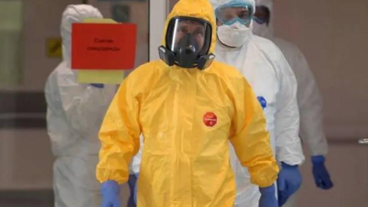 Putin visits hospital for coronavirus patients - YouTube