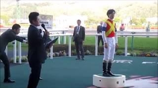 塚本高史さんがプレゼンターを務めた福島牝馬ステークスの表彰式です。...