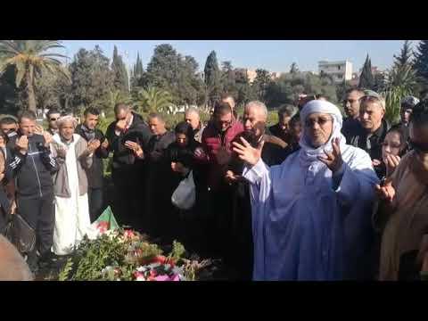 فيديو مؤثر| شاهد.. مواطنون ومواطنات يتجمعون ويبكون أمام قبر الراحل قايد صالح ويدعون له