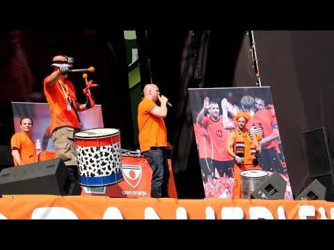Kampioenen Olé Olé - Oranjeplein Charkov voor Nederland-Denemarken (EK 2012)
