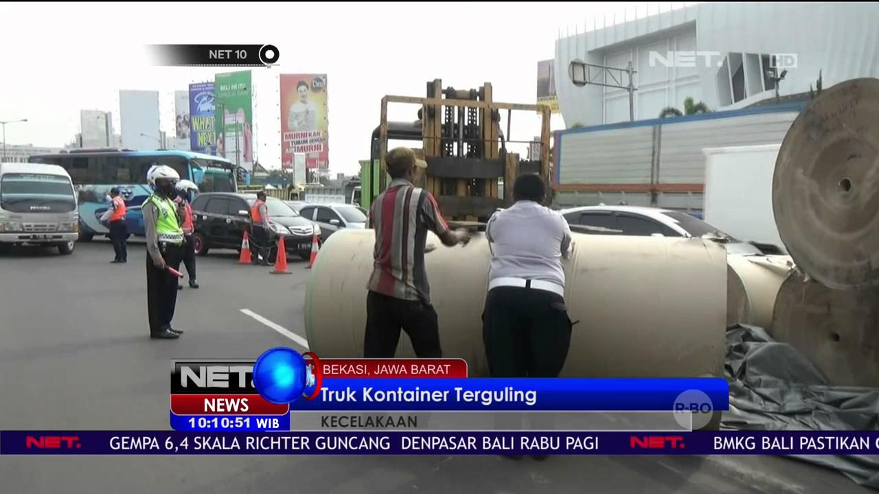 Truk Kontainer Terguling Di Pintu Tol Bekasi Barat Jalanan Macet