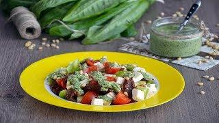 Салат с брынзой и помидорами под шпинатным соусом