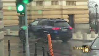 Lukas pozajmljuje kola pastorki koja juri Beogradom