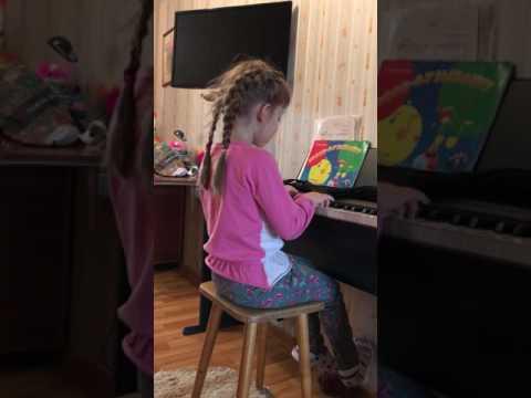 Добрый жук на пианино