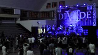 Gambar cover DIVIDE - THE SUN THE MOON AND THE TRUTH TOUR 2012