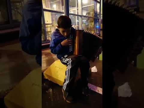 Парень играет бумер возле ЛОТОС PLAZA Петрозаводск