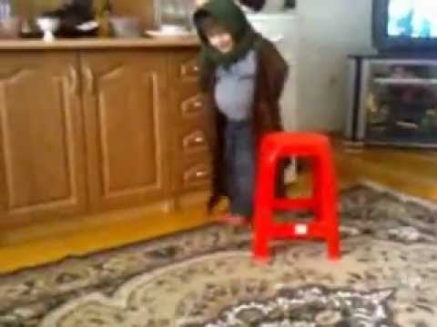Старушка Зажигает На Кухне