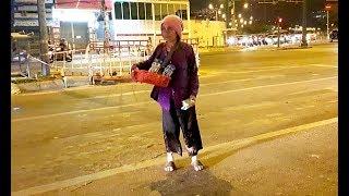 Cụ bà 90 tuổi bán tăm bông giữa đêm khuya mong mua được 1-2 kg gạo nuôi cháu